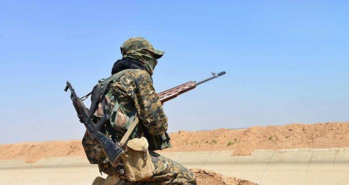 Combatiente de las Unidades kurdas de Protección Popular (YPG)