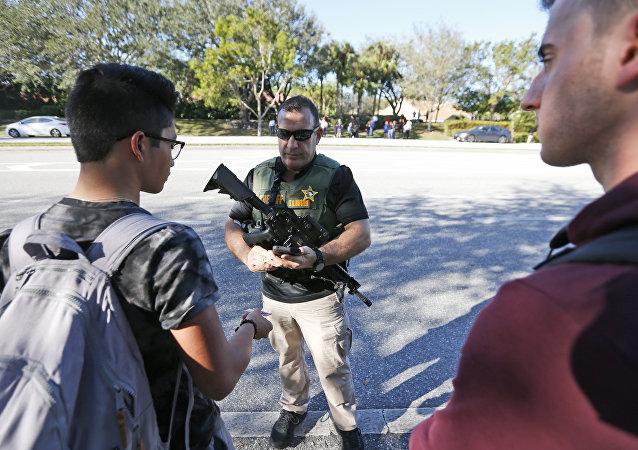 Policía en el lugar del ataque a una escuela secundaria del estado de Florida, EEUU