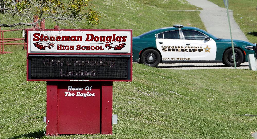 Policía cerca de la escuela secundaria Stoneman Douglas del estado de Florida, EEUU