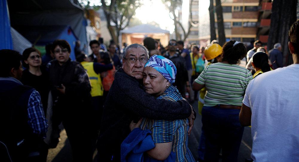 La gente sale a las calles tras el terremoto en México
