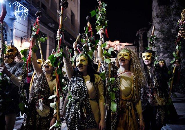 La gente participa en una recreación de una antigua celebración dedicada al dios griego Dionisio, marcando la temporada de carnaval
