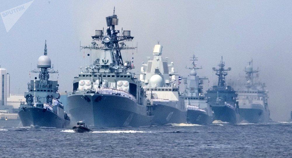 La fragata Almirante Gorshkov (centro)