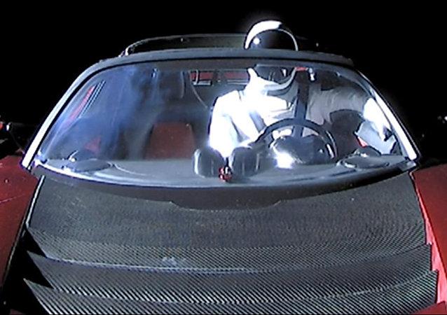 El Tesla Roadster en el espacio