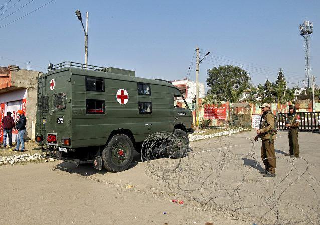 Ambulancia llega a un campamento militar indio en el estado de Jammu y Cachemira