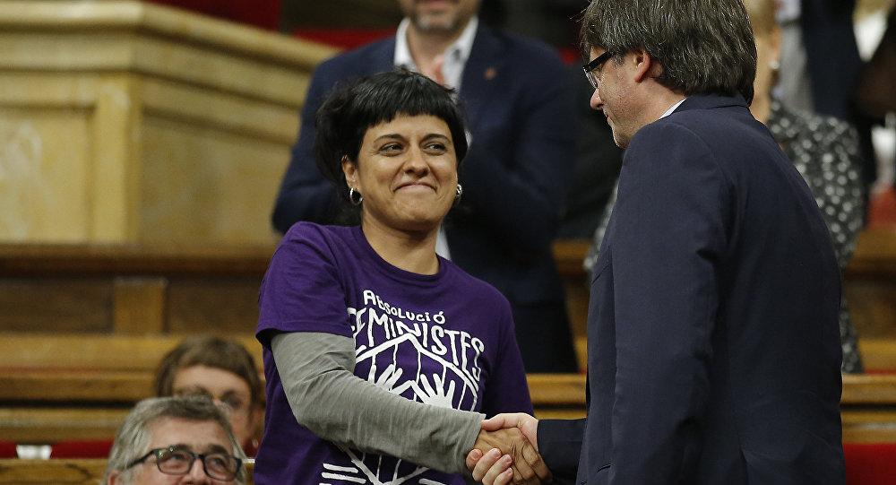 La exdiputada catalana Anna Gabriel y el presidente del gobierno catalán cesado, Carles Puigdemont (archivo)