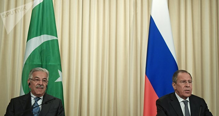 Canciller ruso, Serguéi Lavrov, con el ministro paquistaní de Exteriores, Khawaja Mohamed Asif