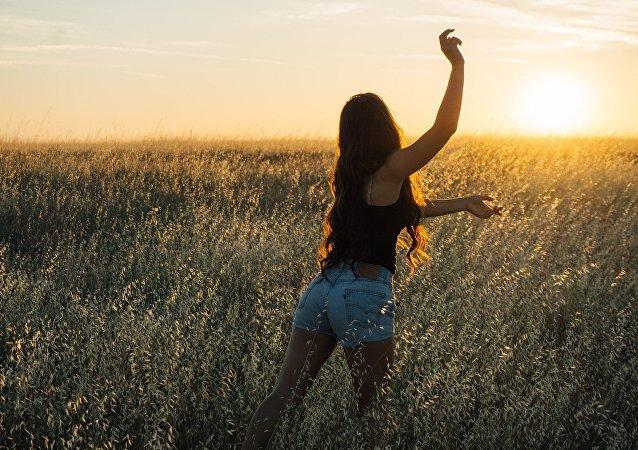 Una mujer en el campo (imagen referencial)