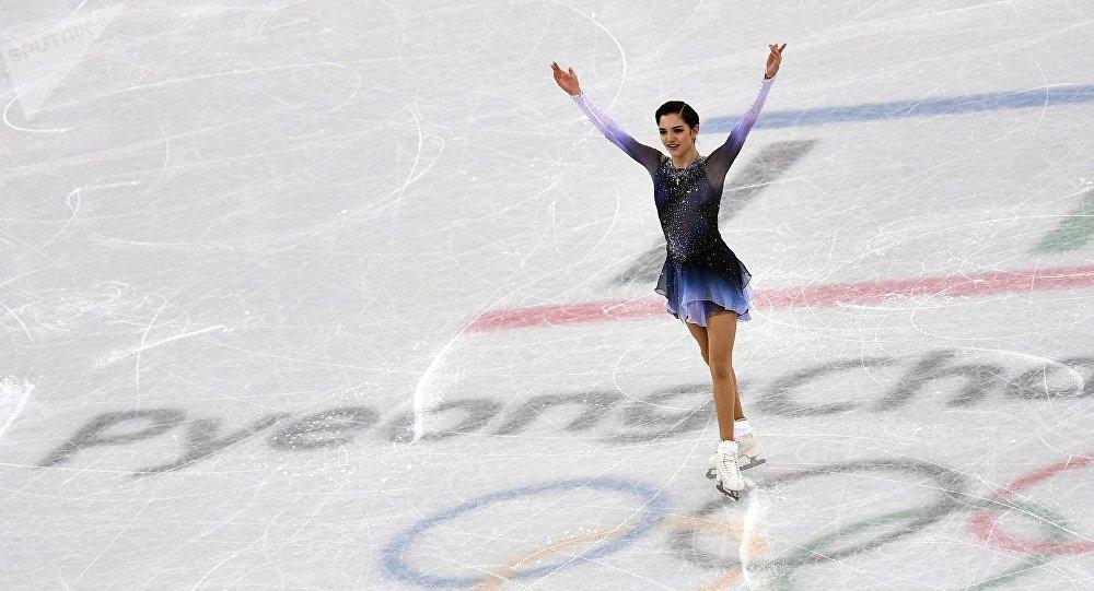 La patinadora rusa Evgenia Medvédeva durante su programa corto en el patinaje artístico en Pyeongchang el 21 de febrero