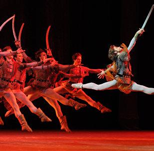 Artiom Ovcharenko, el primer bailarín del teatro Bolshói, en una de las escenas del ballet 'Iván el Terrible'