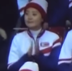 Una animadora norcoreana aplaude a los patinadores de EEUU… y esto es lo que le pasa