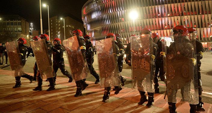 Policía vasco durante los enfrentamientos entre hinchas del Spartak y Athletic