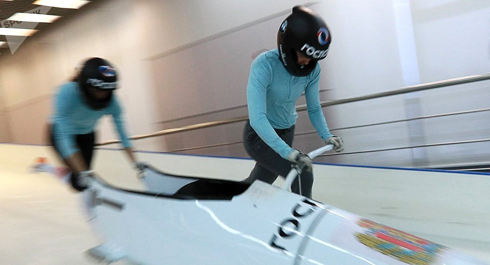 La deportista rusa de bobsleigh Nadezhda Serguéieva (dcha)