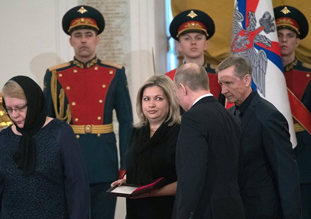 Putin otorga la Estrella Dorada a los parientes del piloto ruso fallecido en Siria, Román Filípov