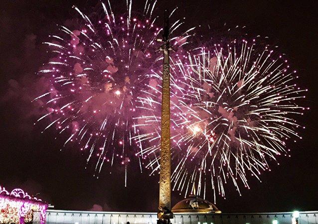 Fuegos artificiales en Moscú para celebrar el centenario del Ejército Rojo