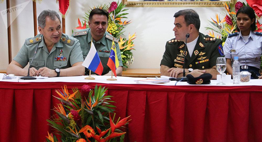 El ministro de Defensa de Rusia, Serguéi Shoigú y su homólogo venezolano, Vladimir Padrino López (archivo)