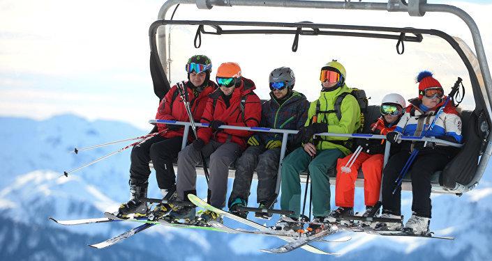 Los turistas en una estación de esquí