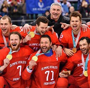 La selección rusa de hockey sobre hielo con las medallas de oro