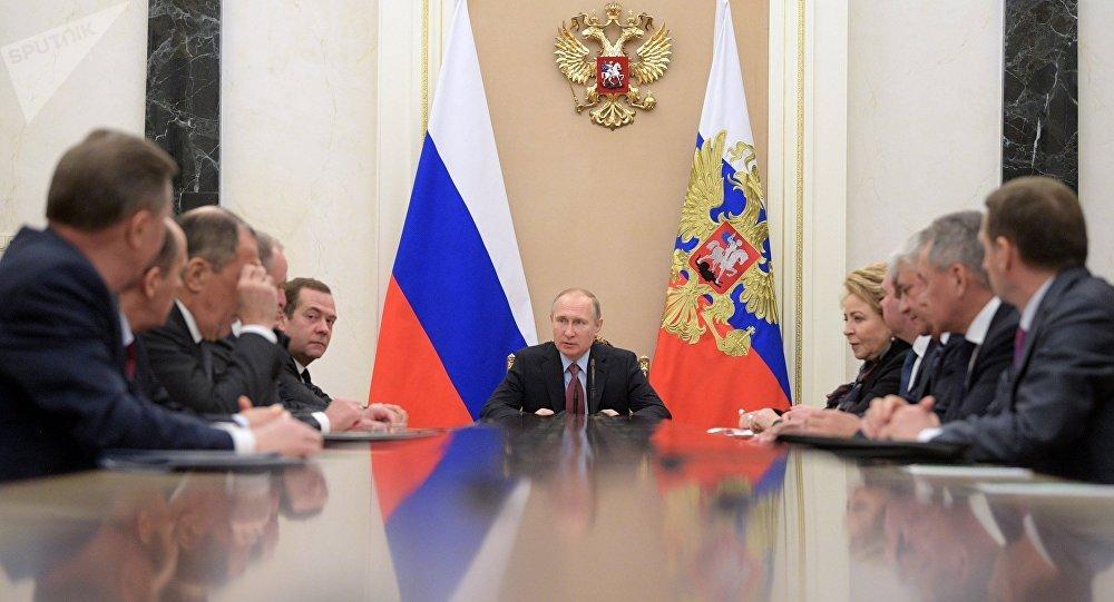 El presidente ruso, Vladímir Putin, con los miembros permanentes del Consejo de Seguridad de Rusia