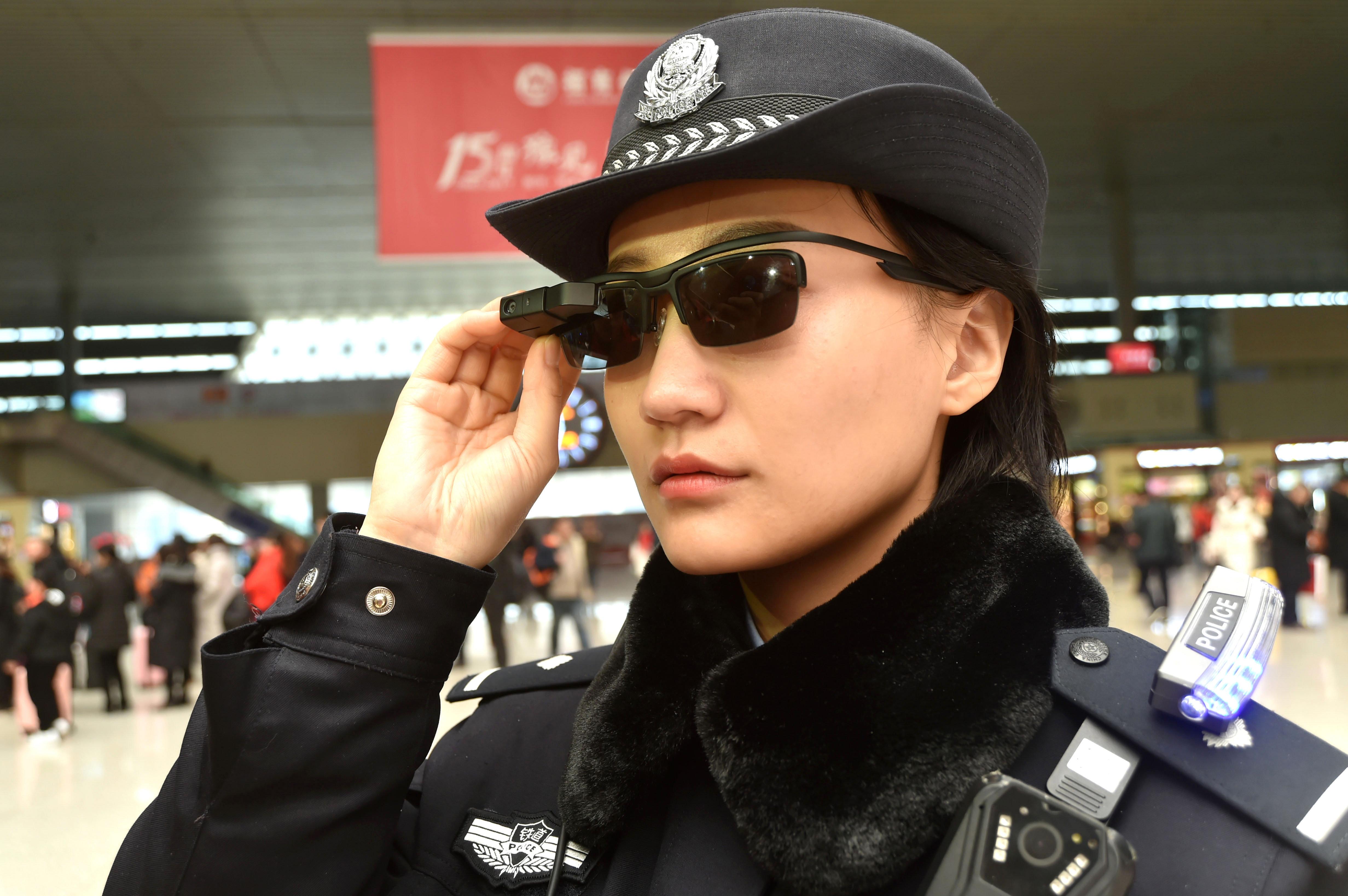 Una oficial de policía utiliza la gafas inteligentes en la estación de trenes de Zhengzhou, en la provincia de Henan