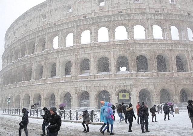 Roma se tiñe de blanco