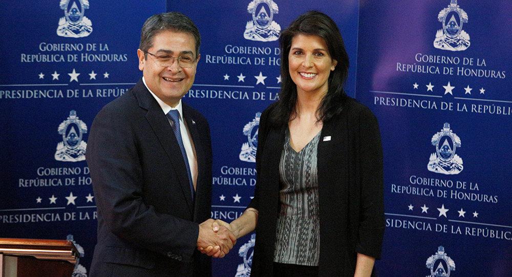 El presidente de Honduras, Juan Orlando Hernández, junto a la embajadora de Estados Unidos ante la Organización de las Naciones Unidas, Nikki Haley