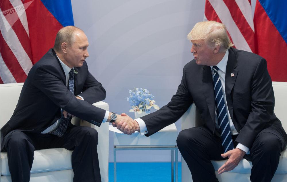 El presidente de Rusia, Vladímir Putin, y el presidente de EEUU, Donald Trump, conversan durante la cumbre de los líderes del G20 en Hamburgo