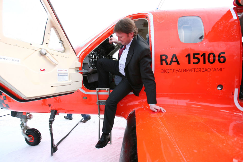 El líder del partido Causa Justa, Borís Titov, examina la cabina del primer taxi aéreo