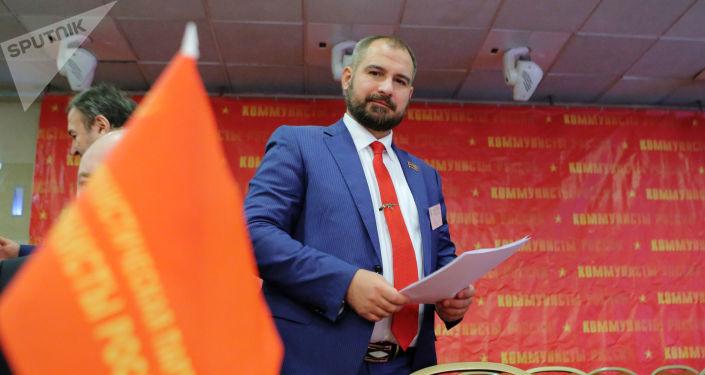 El candidato presidencial Maxim Suraikin en el congreso del partido Comunistas de Rusia
