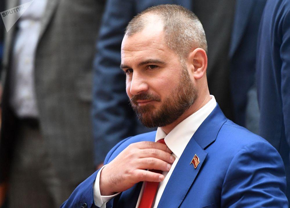 El candidato presidencial por el partido Comunistas de Rusia, Maxim Suraikin, durante la entrega de firmas para la inscripción de su candidatura