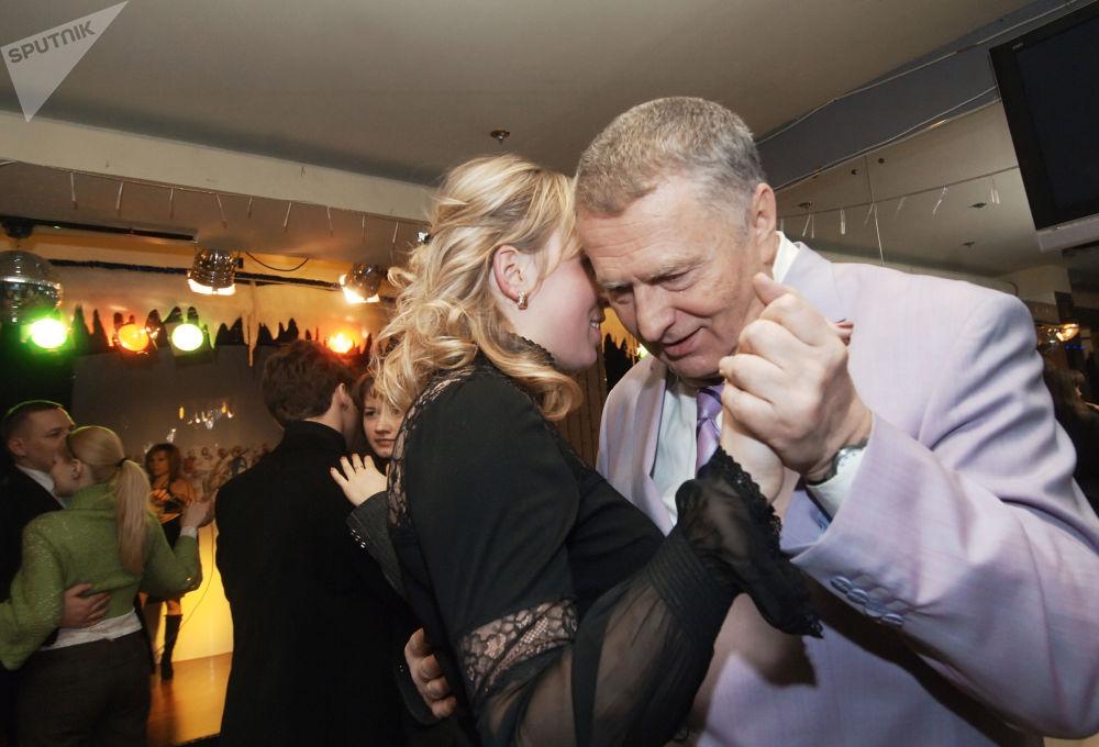 Vladímir Zhirinovski, en aquel momento vicepresidente de la Duma Estatal —Cámara Baja del Parlamento—, participa en la celebración del Día de San Valentín organizada por el centro juvenil del Partido Liberal Demócrata de Rusia