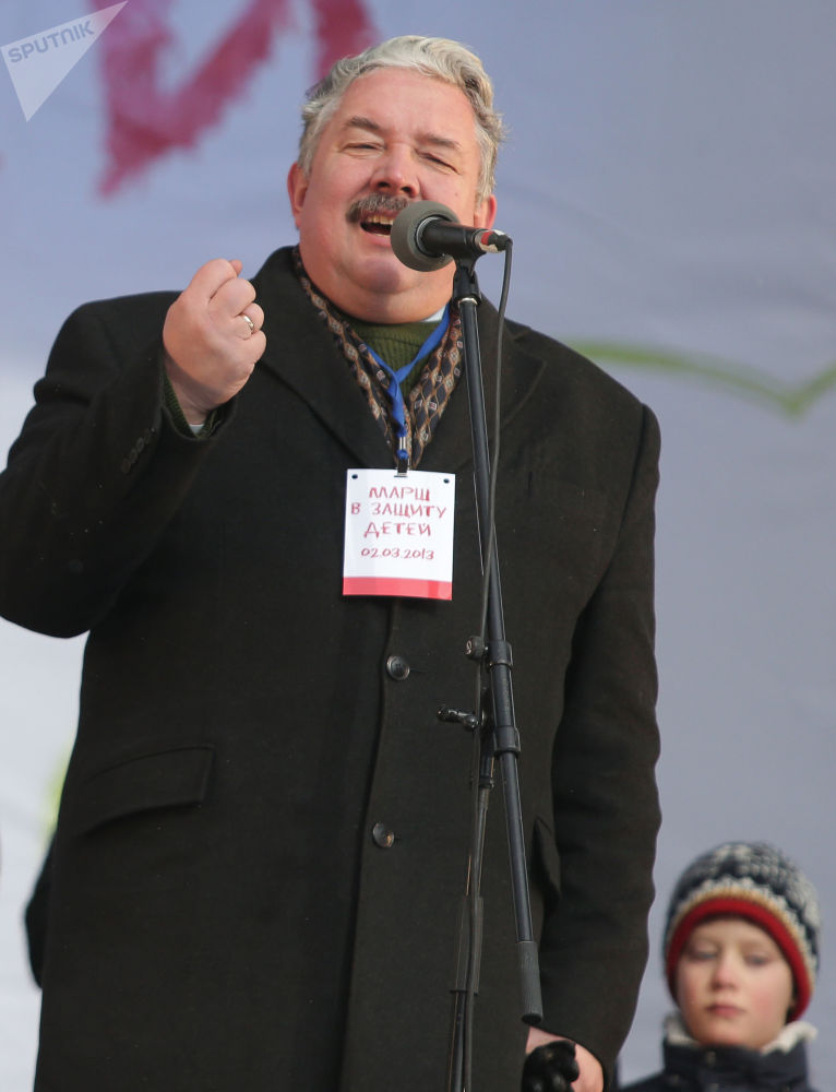 El líder del partido Unión Popular de Rusia, Serguéi Baburin, interviene en el mitin 'En defensa de los niños'
