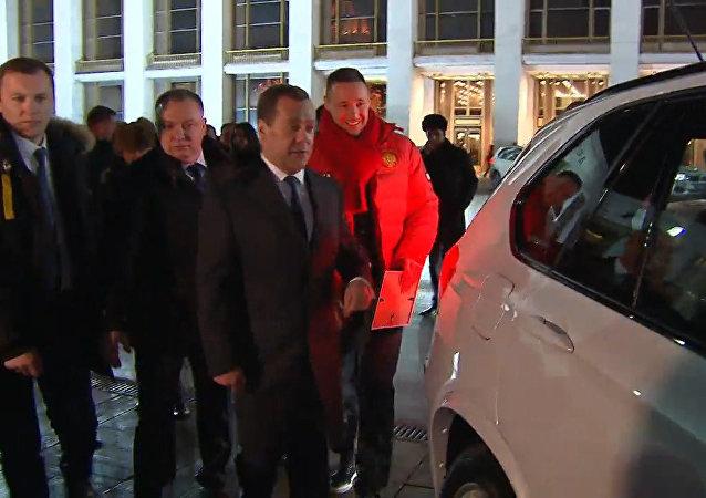 Medvédev entrega automóviles a los medallistas de los JJOO