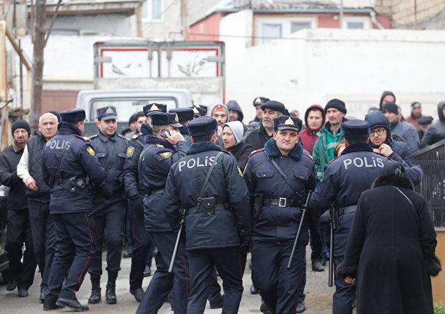 Policía de Azerbaiyán en el lugar del incendio en un narcológico en Bakú