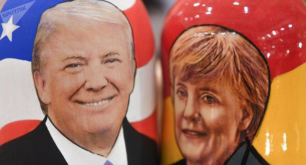 Matryoshkas con retratos de Donald Trump y Angela Merkel