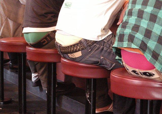 Personas que usan pantalones caídos