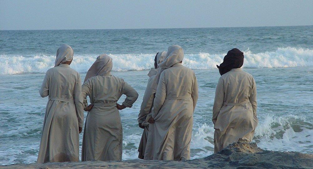 Monjas miran el mar en la India