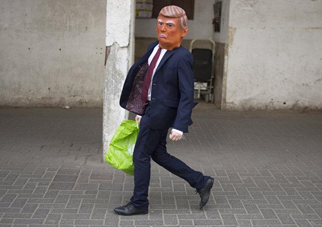 Un niño vestido de Donald Trump, foto de archivo