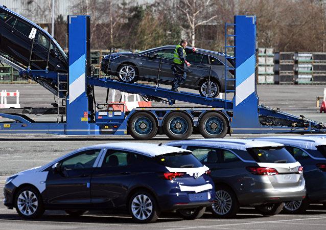 Los automóviles de Opel son preparados para distribución en la planta de producción de Vauxhall en Ellesmere Port, Inglaterra