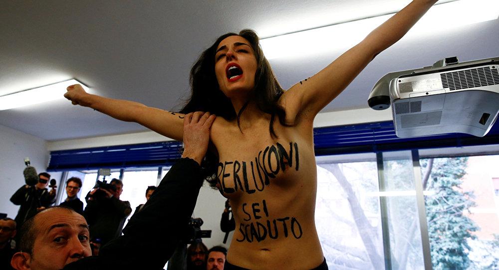 Una activista del movimiento Femen intenta sabotear el proceso de votación del político italiano Silvio Berlusconi, Mílano, Italia, 4 de marzo de 2018