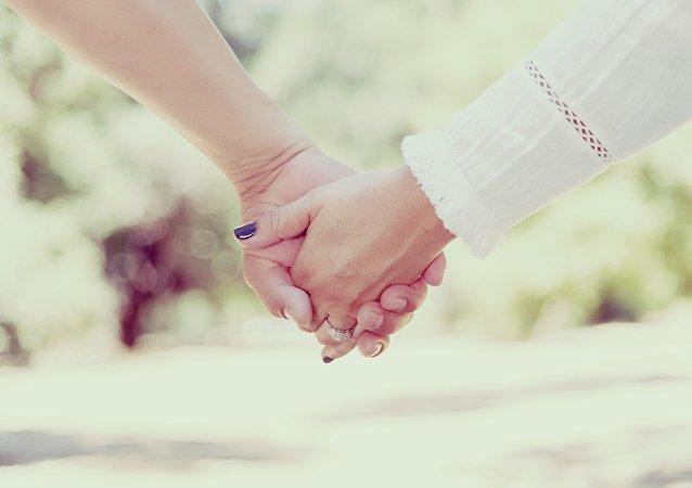 Una pareja cogida de las manos (imagen referencial)