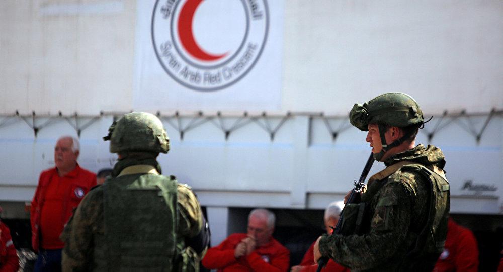 Militares rusos patrullan el convoy humanitario de Media Luna Roja en Guta Oriental