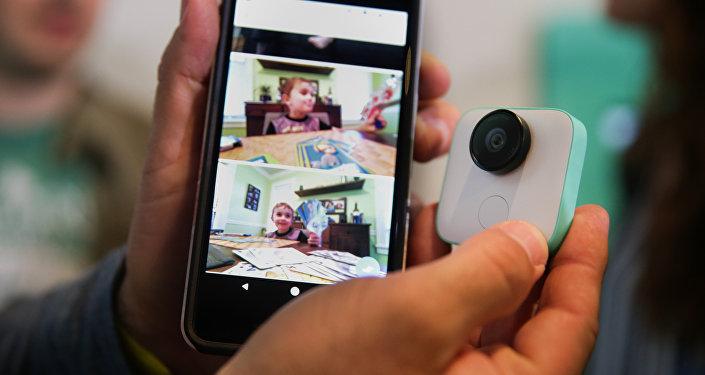 Un teléfono móvil y una cámara (imagen referencial)