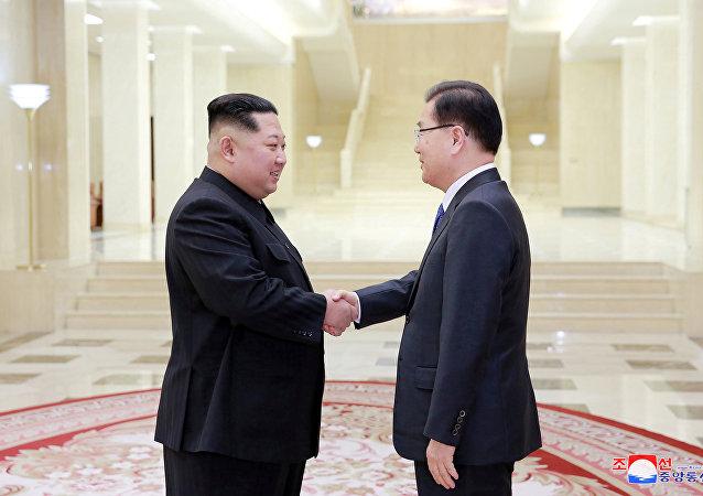 El líder norcoreano, Kim Jong-un,estrecha la mano a Chung Eui-yong, asesor de seguridad surcoreano