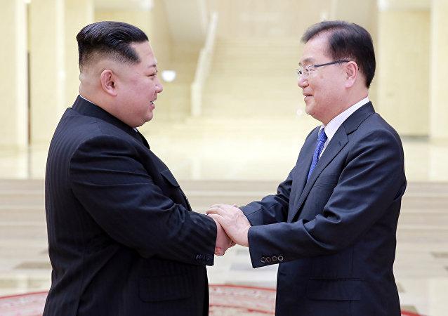 El principal asesor de seguridad del presidente surcoreano, Chung Eui-yong, y el líder de Corea del Norte, Kim Jong-un