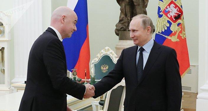 Vladímir Putin, presidente de Rusia (drcha.), y Gianni Infantino, presidente de la FIFA (izda.), en el Kremlin de Moscú