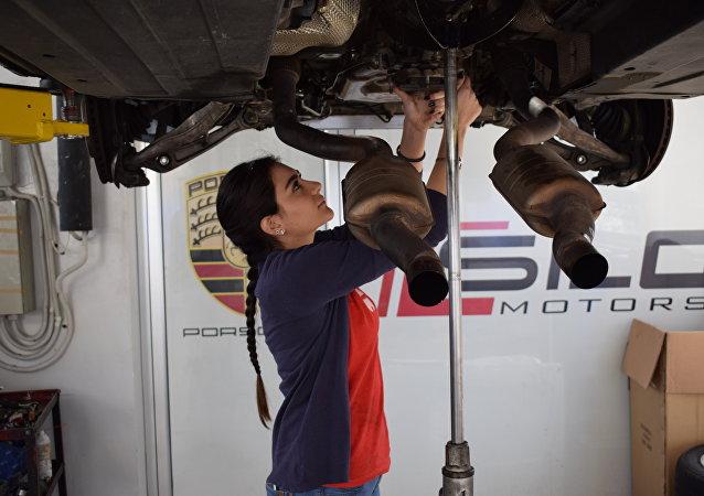 Rana Hayek, la joven libanesa de 22 años que trabaja como mecánica