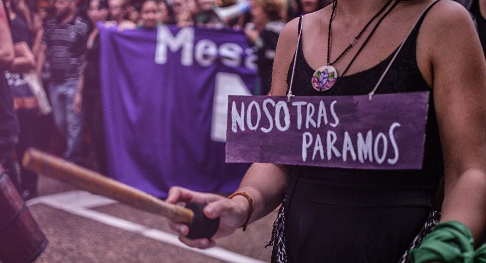 Una mujer durante el paro del 8 de marzo de 2017, por el Día Internacional de la Mujer en Santa Fe, Argentina