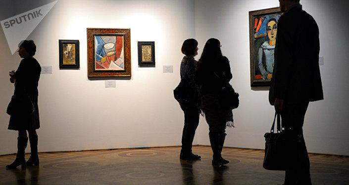 Los visitantes de una exposición dedicada a la obra de Pablo Picasso