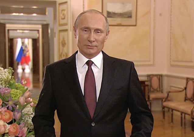 Putin recita unos versos de un poema para mostrar su respeto a las mujeres de Rusia