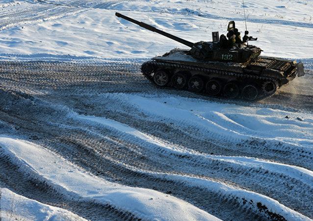 Un tanque sobre la nieve (imagen referencial)
